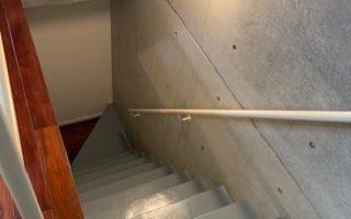 地下階段を下りると天井から光が差し込む洋室と水回り(内装)