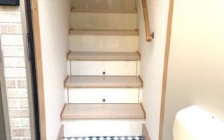 玄関は1階に設置。室内階段です