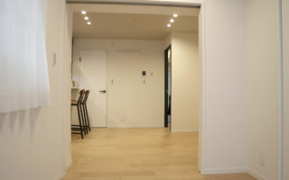洋室には収納あり。2面採光なので明るい洋室です(内装)