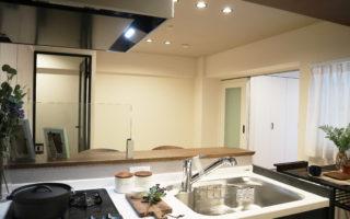 キッチンからも部屋が一望できます(キッチン)