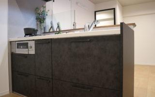 モダンスタイルなシステムキッチンは浄水器内内蔵シャワー混合水栓+人工大理石トップです(キッチン)