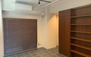 収納棚やウッドブラインドが落ち着いた室内と高級感を醸し出します(内装)