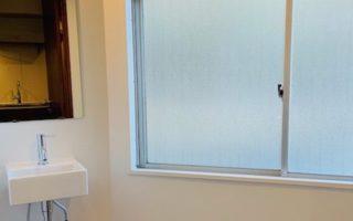 窓のある清潔感のある明るいパウダールーム(内装)